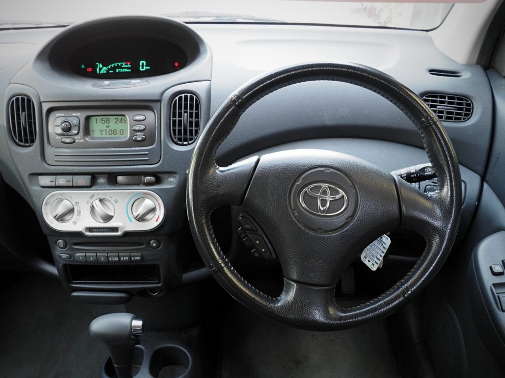 Toyota Yaris Verso Automatic - dashboard controls