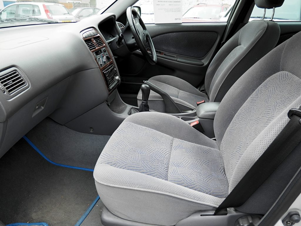 Toyota Avensis 1.8GS - front seats